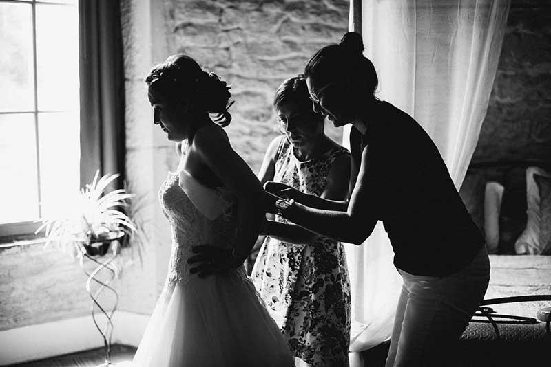 La mariée aidée par Fabienne Calvo